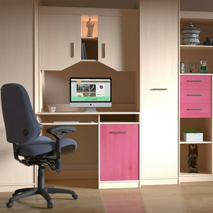 silla de pc y mueble con pc